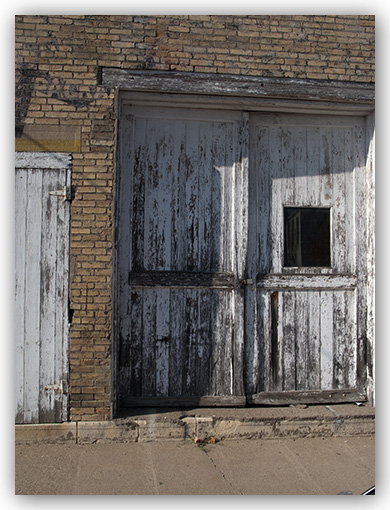 Everyone likes sunny days for leisure outdoor fun but shadows often present problems for photographers. This post shows some ways to deal with them and ... & How to Photograph Doors | Part Two - thedigitalphotocoach.com